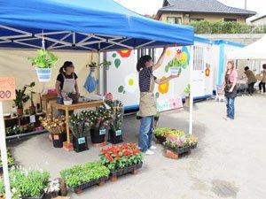 商店街の入り口にはかわいいお花屋さんが。仏前に供えるお花を買われる方も(7月1日、女川町)