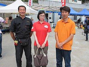 商店街復興に力を注いだ女川商工会青年部の皆さんと。中央が難民を助ける会の山田(7月1日、女川町)