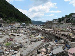 商店街を1歩出ると、津波で流されてしまった街がそのままです(7月1日、女川町)