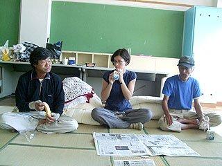 アレッシアさんは避難所に寝泊まりし、被災者と同じ食事をとりながら取材を続けた(大槌町の安渡小学校の避難所で)