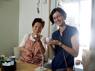 仮設住宅に住む越田さんを訪ねたアレッシアさん。越田さんが手にしているのは犠牲になったご主人がはめていた腕時計。今も正確な時を刻んでいる(大槌町内で)