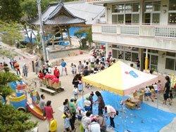 和光幼稚園の園庭で開かれた「らいく祭り」のようす。お寺の隣にあります