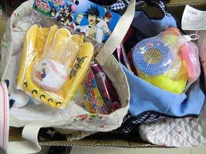 子どもたちに届けたおもちゃの数々。バッグは全国の方々の手作りです