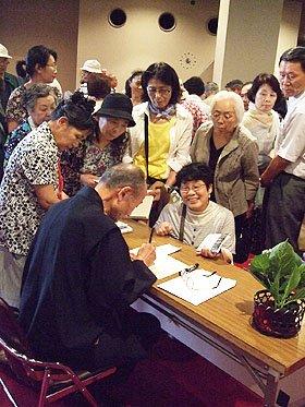 最新刊の『絆 いま、生きるあなたへ』と『寺田寅彦随筆選 天災と日本人』<br /> 合わせて100冊はあっという間に完売。サインを求める長蛇の列ができた