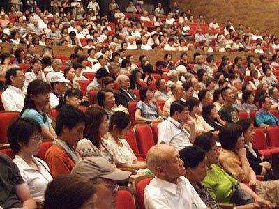 世代を超えた聴衆が会場を埋め尽くした。中には熱心にメモを取る人も