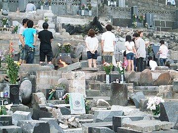 身内が一緒になり、犠牲者の霊に祈りを捧げた=大槌町の江岸寺で