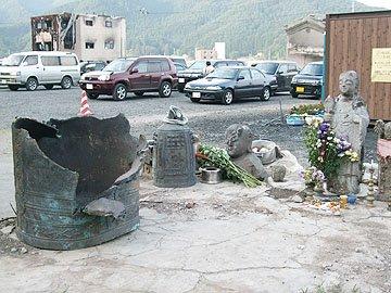 破壊された梵鐘やお地蔵さんの姿が津波の威力を伝えている=大槌町の江岸寺で
