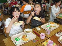 待ちに待った給食の時間。難民を助ける会の支援したお米をほおばる児童たち(2011年7月南相馬市立石神第二小学校にて)