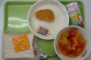 難民を助ける会以外にも、日本全国からも支援が届くようになり、メニューが充実してきました。2011年7月のある日のメニューは、食パン、鮭フライ、フルーツポンチ、ハニージャム、野菜ジュースです。