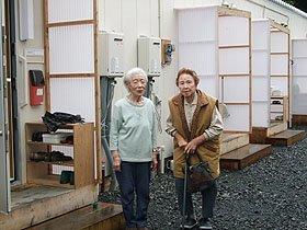 仮設住宅の前で談笑する倉沢さん(左)と岩崎さん=大槌町袰岩上流右岸の第9仮設住宅で