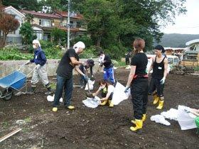 被災現場で汗を流す学生たち=大槌町吉里吉里地区で