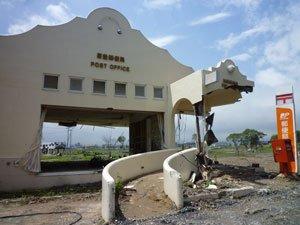 相馬市の海沿いに建つ原釜郵便局。もぎとられたかのような玄関が津波の力を物語る(2011年7月29日)
