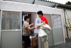 杉本キミ子さんのところに夏用のタオルケット、洗濯洗剤などをお持ちしました(2011年8月5日)