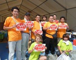 おそろいのTシャツで作業をする富岡町の皆さん(2011年7月19日)