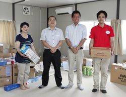 「入居者を直接励ますことができるのが嬉しい」と、矢吹町商工会の湯田晋介さん(左から2人目)、圓谷亮太さん(同3人目)(2011年8月5日)