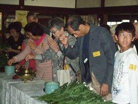 献花する沿岸被災者の皆さん=花巻市愛宕町の妙円寺で