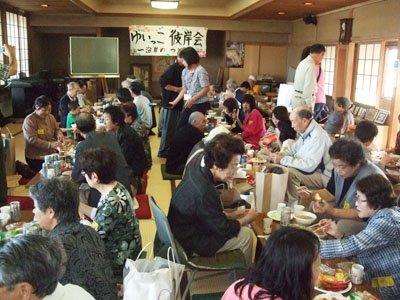 がんがん鍋などのもてなしに大喜びの沿岸被災者の皆さん=妙円寺で