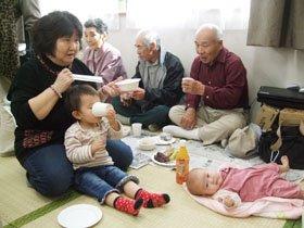 """震災後に生まれた4か月の赤ちゃんも参加した賑やかな""""お茶っこ飲み""""=安渡第2仮設団地で"""