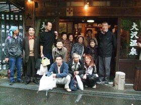 「大沢・大槌人会」の結成に参加した自炊部班の被災者のみなさん=花巻市内の大沢温泉で