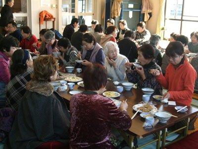 「みんなの顔を見ると安心する」―と手料理を囲んでの昼食。情報交換や近況報告に花が咲く