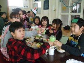 「メリークリスマス!!」。笑顔で乾杯する子どもたちとお母さん=花巻市の南万丁目会館で