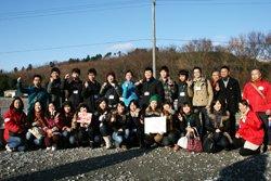 「地域みんなで元気になろう」プロジェクトにご協力いただいたイオン1%クラブの皆さまと(2011年12月9日 宮城県石巻市にて)