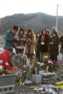 宮城県女川の被災地で、献花と献香を行い、津波の犠牲者の方々のご冥福を祈りました