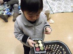 「このいろはなんのあじ?」一つひとつ聞きに来る子どももいました(2012年1月18日 福島県相馬市立福島県相馬市立総合福祉センター(はまなす館)にて)