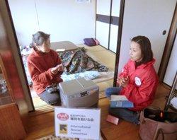 宮城県村田町の佐山清子さん(80歳)。みなし仮設にお一人で暮らしています。右は難民を助ける会東北事務所長の野際紗綾子(2011年12月20日)