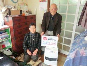 宮城県大和町の熊谷さんご夫婦。「以前使っていたヒーターはずいぶん古くて調子が悪かったので、今回の支援は大変ありがたいです。」(2011年12月16日)