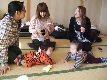 「にらめっこしましょう」と凜太郎ちゃん(左)と偉斗ちゃん。左端が看護師の佐藤さん =花巻市のまなび学園で