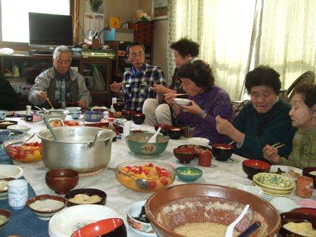 食事をとりながら、語らいに花を咲かせる参加者たち(奥のメガネの人が立花さん、その右が中村 さんと上野さん)=花巻市の二枚橋町で