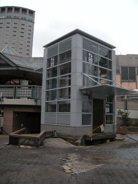 被災した新浦安駅前のエレベーター