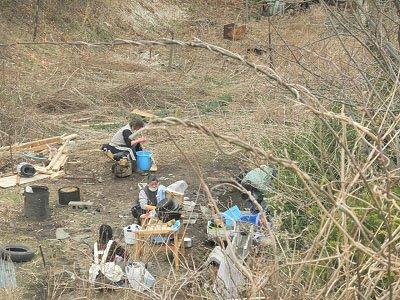 小学校近くの沢で洗濯していたお母さんたち