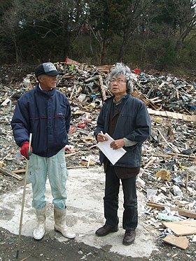 被災者から当時の様子を聞く鎌田さん(右)