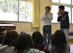 うぐいすの鳴き声のものまねをする江戸家猫八さん(左)と江戸家子猫さん(右)(宮城県石巻市 2011年4月27日)