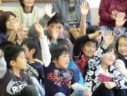 「うぐいす知っている人?」という質問に元気よく手を挙げる子どもたち(宮城県石巻市 2011年4月27日)