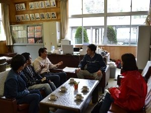 イベントの事前打ち合わせにて。<br />「今はまだ余震を怖がったり表情がない子もいますが、<br />友だち同士で遊んだりする中で、少しずつ回復してきています」<br />と語る、東浜小学校の角田校長(中央)。右は難民を助ける会の野際紗綾子<br />(宮城県石巻市 2011年4月27日)