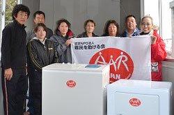 小網倉避難所に洗濯機と乾燥機をお届け。右端は加藤タキ(宮城県石巻市 2011年4月30日)