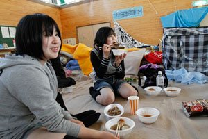 歌津中学校避難所でステーキの炊き出し<br />(宮城県南三陸町、4月29日、川畑嘉文撮影)