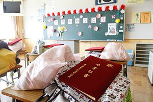 卒業おめでとうございます<br />(宮城県南三陸町、4月29日、川畑嘉文撮影)