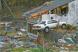 設置場所の指ケ浜地区は、いまだ震災直後のような状態に取り残されていた(写真提供:菅原出、2011年5月10日、宮城県女川町)