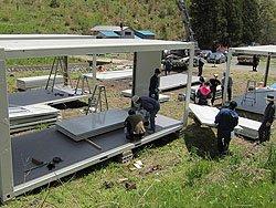 コンテナハウスは中国とイタリアから輸送。紛争地などでも使用されるほど強度が高く、過酷な環境にも耐えうる規格(2011年5月10日、宮城県女川町)