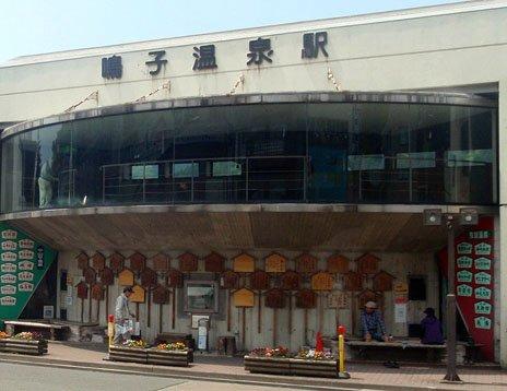 鳴子温泉駅前の足湯。湯につかりながら電車を待つこともできる。(5月19日撮影)