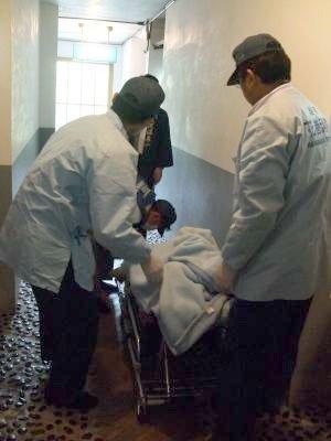 救急隊員に運ばれる被災者=花巻市内の大沢温泉で