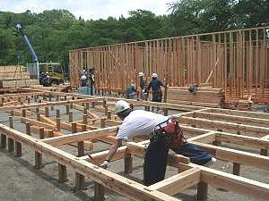 急ピッチで進む仮設住宅の建設=大槌町安渡小学校で