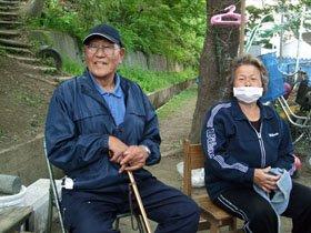 淡々とした表情で海一筋だった人生を語る遠藤さん夫妻=大槌町安渡小学校の避難所で