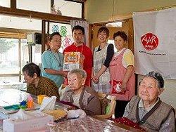 えくせるの皆さまに物資をお届けしました。後列左から2番目は難民を助ける会の田中育(5月19日 福島県相馬市)