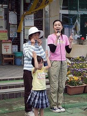 """ハーモニカと手話の飛び入りで即席の""""交流演奏会""""に。右端が金井さん=安渡小学校の避難所で"""