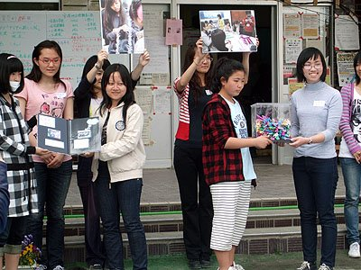 「良いことがありますように」と千羽鶴の贈呈式=安渡小学校の避難所で